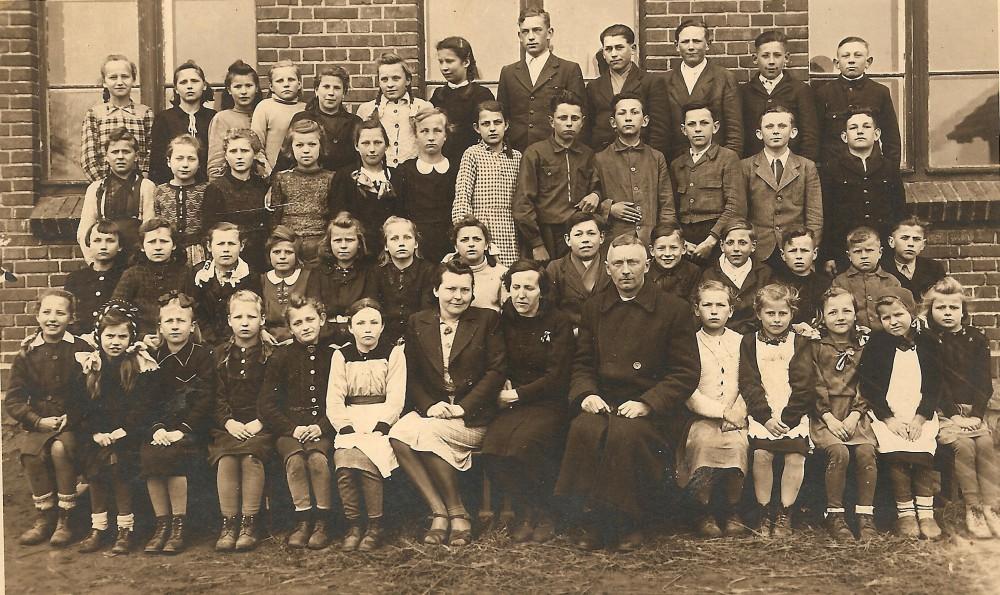 06 Dobieszczyzna - szkoła, I kl Izy, dolny rząd trzecia od prawej2